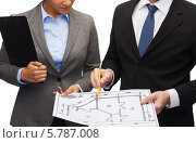 Купить «Мужчина и женщина в деловых костюмах обсуждают чертеж», фото № 5787008, снято 12 декабря 2013 г. (c) Syda Productions / Фотобанк Лори