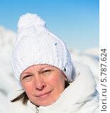 Женщина среднего возраста в белой шапочке на фоне гор. Стоковое фото, фотограф Дмитрий Брусков / Фотобанк Лори