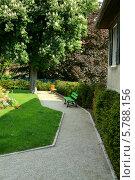 Маленький французский дворик со скамейкой (2010 год). Стоковое фото, фотограф Сергей Белов / Фотобанк Лори