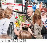 Купить «Поздравление ветерана на Театральной площади во время праздника Победы 9 мая 2013 года», эксклюзивное фото № 5791788, снято 9 мая 2013 г. (c) Алёшина Оксана / Фотобанк Лори