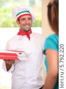 Купить «разносчик пиццы отдает заказ», фото № 5792220, снято 9 сентября 2010 г. (c) Phovoir Images / Фотобанк Лори