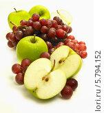 Купить «разрезанные и целые яблоки с гроздьями винограда», фото № 5794152, снято 8 июля 2005 г. (c) Food And Drink Photos / Фотобанк Лори