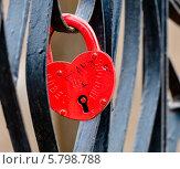 Купить «Навесной свадебный замок влюбленных висит на ограде моста», эксклюзивное фото № 5798788, снято 9 апреля 2014 г. (c) Игорь Низов / Фотобанк Лори