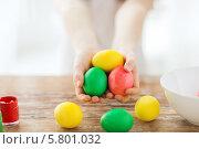 Купить «Девочка протягивает раскрашенные к пасхе яйца», фото № 5801032, снято 1 марта 2014 г. (c) Syda Productions / Фотобанк Лори