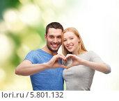 Купить «Счастливая влюбленная молодая пара показывает сердце, сложенное с помощью рук», фото № 5801132, снято 9 февраля 2014 г. (c) Syda Productions / Фотобанк Лори