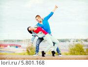 Купить «Парень и девушка танцует на улице», фото № 5801168, снято 20 июля 2013 г. (c) Syda Productions / Фотобанк Лори