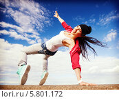 Купить «Танцевальные движения. Современная девушка танцует на улице», фото № 5801172, снято 20 июля 2013 г. (c) Syda Productions / Фотобанк Лори