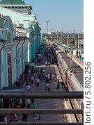 Купить «Поезд, ожидающий отправления на железнодорожной станции города Омска», фото № 5802256, снято 2 июня 2012 г. (c) Александр Самолетов / Фотобанк Лори