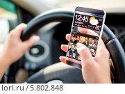 Смартфон с прозрачным экраном в руках. Стоковое фото, фотограф Андрей Армягов / Фотобанк Лори