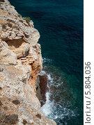 Вид на скалистый берег и синюю морскую воду (2013 год). Стоковое фото, фотограф Олег Прокофьев / Фотобанк Лори