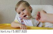 Маленького ребенка кормят детской кашей. Стоковое видео, видеограф Галина Михалишина / Фотобанк Лори