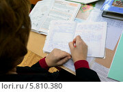 Купить «Учитель проверяет тетрадь», эксклюзивное фото № 5810380, снято 27 января 2014 г. (c) Вячеслав Палес / Фотобанк Лори