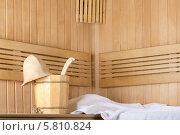 Купить «Деревянная сауна с ведром воды и чистым полотенцем», фото № 5810824, снято 2 марта 2014 г. (c) Lora Liu / Фотобанк Лори