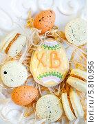 Купить «Пасхальные печенья в форме яйца и печенье макарон», фото № 5810956, снято 13 апреля 2014 г. (c) Елена Поминова / Фотобанк Лори
