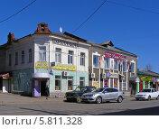 Купить «Двухэтажный старый дом в городе Александров Владимирской области», эксклюзивное фото № 5811328, снято 11 апреля 2014 г. (c) lana1501 / Фотобанк Лори