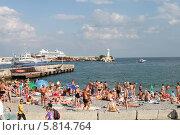 Купить «Крым, Ялта, набережная,пляж», фото № 5814764, снято 21 июля 2013 г. (c) Оксана Лычева / Фотобанк Лори