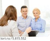 Купить «Молодая пара в офисе банка обсуждает условия кредита», фото № 5815552, снято 16 февраля 2014 г. (c) Syda Productions / Фотобанк Лори