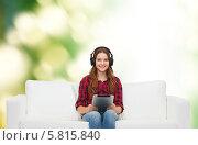 Купить «Девушка в наушниках, сидя на диване с планшетным компьютером, слушает музыку», фото № 5815840, снято 26 февраля 2014 г. (c) Syda Productions / Фотобанк Лори
