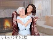 Взрослая дочь укутывает пледом пожилую маму. Стоковое фото, фотограф Anhelina Tarasenko / Фотобанк Лори