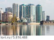 Купить «Современный жилой дом на берегу реки», фото № 5816488, снято 16 апреля 2014 г. (c) Алексей Букреев / Фотобанк Лори