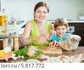 Купить «Мать с дочерью готовят рыбные пельмени», фото № 5817772, снято 23 июля 2013 г. (c) Яков Филимонов / Фотобанк Лори