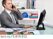 Купить «архитектор сидит в офисе и говорит по телефону», фото № 5819912, снято 14 января 2011 г. (c) Phovoir Images / Фотобанк Лори
