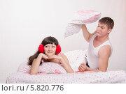 Парень в ссоре готов ударить девушку подушкой. Стоковое фото, фотограф Иванов Алексей / Фотобанк Лори