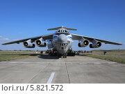 Купить «Военно-транспортный самолёт Ил-76 МД под разгрузкой на аэродроме», эксклюзивное фото № 5821572, снято 8 апреля 2014 г. (c) Алексей Гусев / Фотобанк Лори