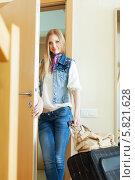 Купить «Красивая блондинка уезжает из дома с багажом», фото № 5821628, снято 22 мая 2013 г. (c) Яков Филимонов / Фотобанк Лори