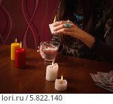 Купить «Гадание на свечном воске», фото № 5822140, снято 10 января 2014 г. (c) Майя Крученкова / Фотобанк Лори