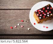 Купить «Торт с посыпкой из сердечек на деревянном фоне», фото № 5822564, снято 14 апреля 2014 г. (c) Майя Крученкова / Фотобанк Лори
