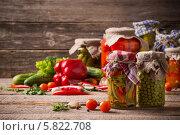 Купить «Консервированные и свежие овощи на деревянном фоне», фото № 5822708, снято 5 апреля 2014 г. (c) Майя Крученкова / Фотобанк Лори