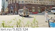 Купить «Полицейский автобус ПАЗ разворачивается на Тверской улице», эксклюзивное фото № 5823124, снято 9 мая 2013 г. (c) Алёшина Оксана / Фотобанк Лори