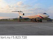 Самолет ВВС России Ту-154 Б-2 (бортовой номер RA-85555) на взлетном поле в лучах заходящего солнца (2014 год). Редакционное фото, фотограф Алексей Гусев / Фотобанк Лори