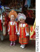 Русские красавицы из Сергиева Посада. Две маленькие девочки в национальных костюмах. Редакционное фото, фотограф Владимир Тарасов / Фотобанк Лори