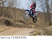 Купить «Кросс. Юный мотоциклист. Прыжок с трамплина», фото № 5824616, снято 19 апреля 2014 г. (c) Алексей Крылов / Фотобанк Лори