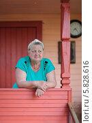 Купить «Пожилая женщина на крыльце загородного дома», фото № 5828616, снято 3 августа 2013 г. (c) Игорь Долгов / Фотобанк Лори