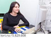 Купить «Молодая красивая женщина работает за компьютером», фото № 5829608, снято 10 апреля 2014 г. (c) Кекяляйнен Андрей / Фотобанк Лори