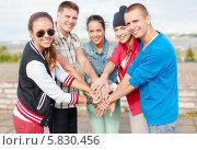 Купить «Группа подростков стоят, сложив руки все вместе», фото № 5830456, снято 20 июля 2013 г. (c) Syda Productions / Фотобанк Лори