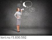 Купить «Уверенная бизнес-леди в строгом костюме кричит в мегафон», фото № 5830592, снято 6 февраля 2020 г. (c) Syda Productions / Фотобанк Лори