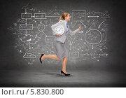 Купить «Бизнес-леди в деловом костюме бежит с большими часами в руке на фоне стены с нарисованными схемами», фото № 5830800, снято 22 мая 2019 г. (c) Syda Productions / Фотобанк Лори