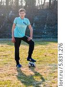 Купить «Мальчик-подросток стоит с футбольным мячом на траве», эксклюзивное фото № 5831276, снято 18 апреля 2014 г. (c) Игорь Низов / Фотобанк Лори