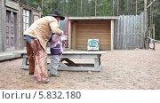 Купить «Ковбой учит стрелять из лука маленького мальчика», видеоролик № 5832180, снято 21 апреля 2014 г. (c) Кекяляйнен Андрей / Фотобанк Лори