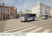 Купить «Полицейские автобусы в Большом Путинковском переулке», эксклюзивное фото № 5832592, снято 9 мая 2013 г. (c) Алёшина Оксана / Фотобанк Лори