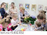 Купить «Балашиха, преподаватель на мастер-классе с детьми», эксклюзивное фото № 5832832, снято 18 апреля 2014 г. (c) Дмитрий Неумоин / Фотобанк Лори