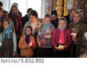 Купить «Москва, дети держат свечи на литургии в храме», эксклюзивное фото № 5832892, снято 18 апреля 2014 г. (c) Дмитрий Неумоин / Фотобанк Лори