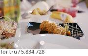 Купить «Завершение сервировки блюда», видеоролик № 5834728, снято 3 апреля 2014 г. (c) Данил Руденко / Фотобанк Лори