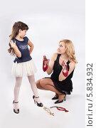 Девочка с мамой выбирают туфли (2013 год). Редакционное фото, фотограф Daniil Nikiforov / Фотобанк Лори