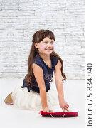 Веселая девочка на фоне белой кирпичной стены. Стоковое фото, фотограф Daniil Nikiforov / Фотобанк Лори