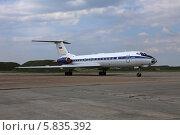 Купить «Самолет ВВС России Ту-134 А за защитным валом», эксклюзивное фото № 5835392, снято 15 апреля 2014 г. (c) Алексей Гусев / Фотобанк Лори
